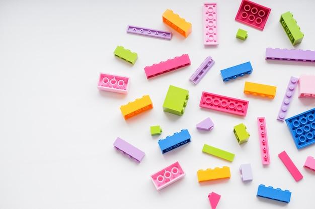 Blocos de construção de plástico multicoloridos. peças de peças sobressalentes pequenas e brilhantes para brinquedos.