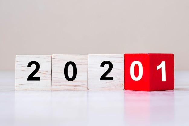 Blocos de cubos de madeira com mudança de 2020 para 2021