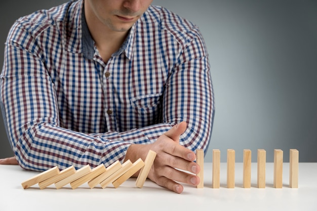 Blocos de dominó caindo