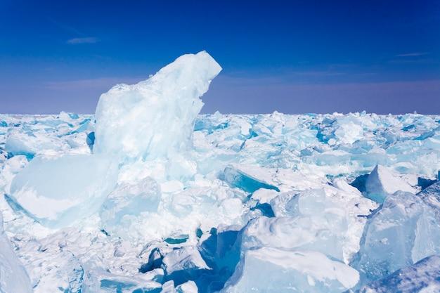 Blocos de gelo, neve e céu no lago baikal