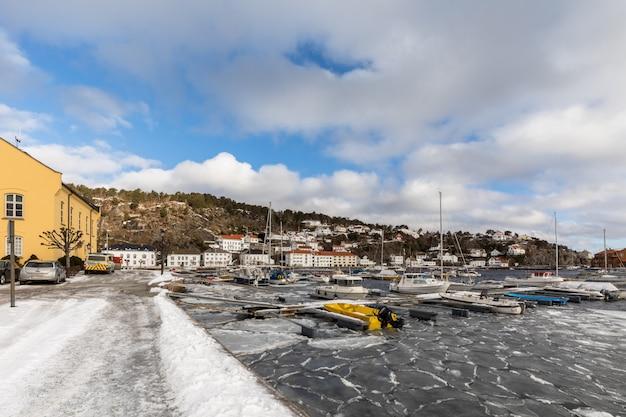 Blocos de gelo no fiorde da cidade e porto de risor, uma pequena cidade na parte sul da noruega