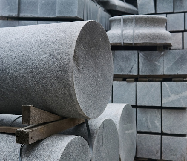 Blocos de granito e detalhes de colunas preparados para construção, close-up