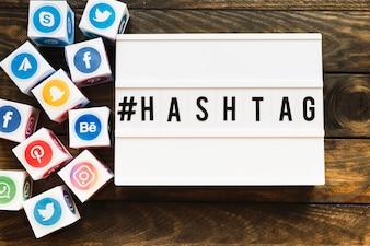 Blocos de ícones de redes sociais vivas, além de texto de hashtag