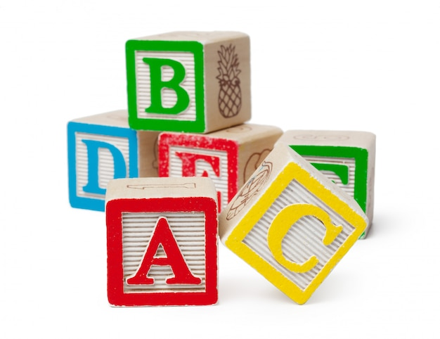 Blocos de madeira alfabeto isolados no branco