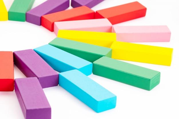 Blocos de madeira coloridos brinquedos em fundo branco