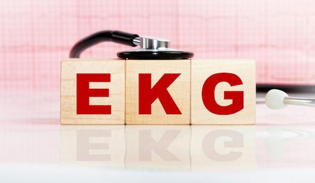 Blocos de madeira com a inscrição ekg com um estetoscópio.