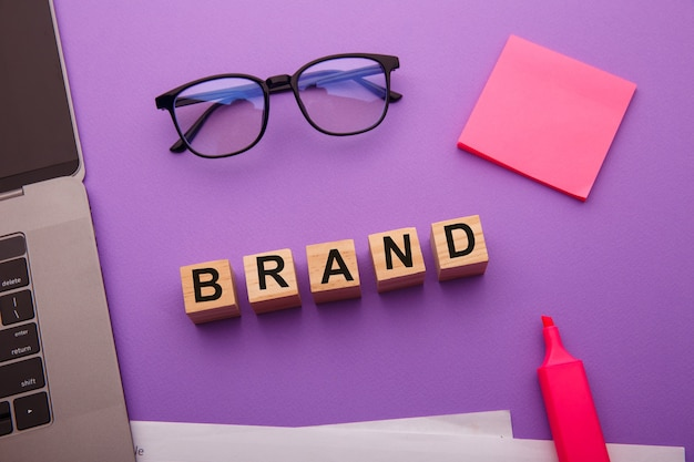 Blocos de madeira com a palavra brand como um conceito de gerenciamento.