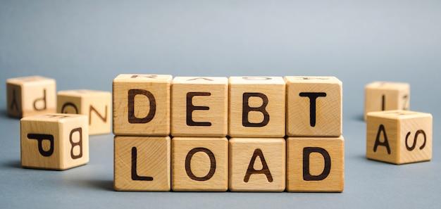 Blocos de madeira com a palavra carga da dívida.