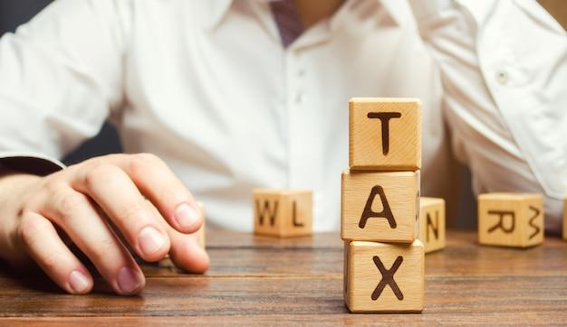 Blocos de madeira com a palavra imposto