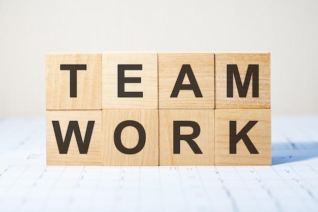 Blocos de madeira com a palavra trabalho em equipe. desempenho financeiro da empresa.