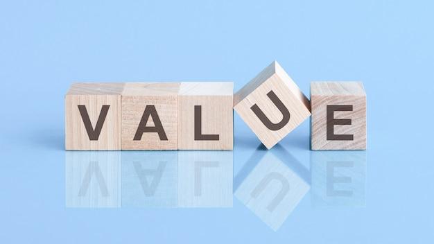 Blocos de madeira com as palavras 'valor' em um fundo azul bonito, copie o espaço. conceito de negócios.