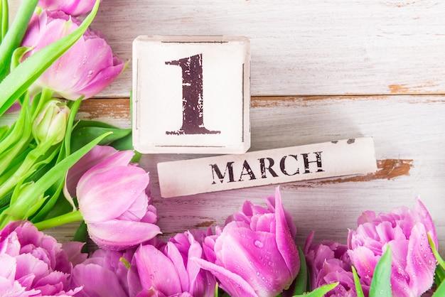 Blocos de madeira com data como 1 de março