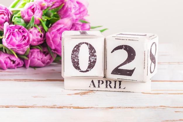 Blocos de madeira com data de segunda-feira de páscoa, 2 de abril