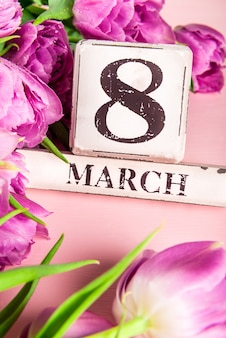 Blocos de madeira com o dia internacional das mulheres data, 8 de março