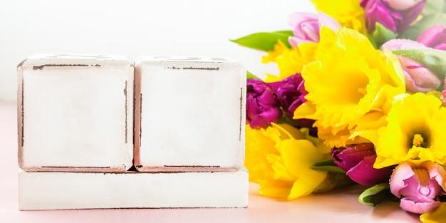 Blocos de madeira como calendário para qualquer data e feriados de primavera