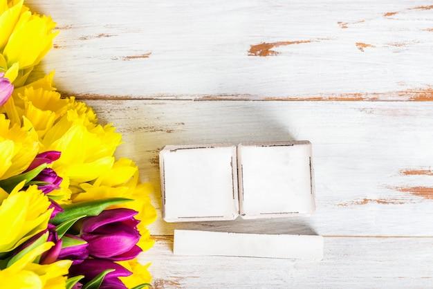 Blocos de madeira como calendário para qualquer data e primavera