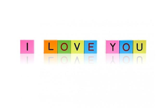 Blocos de madeira da letra com inscrição eu te amo