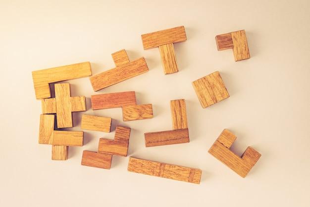 Blocos de madeira de diferentes formas em fundo branco