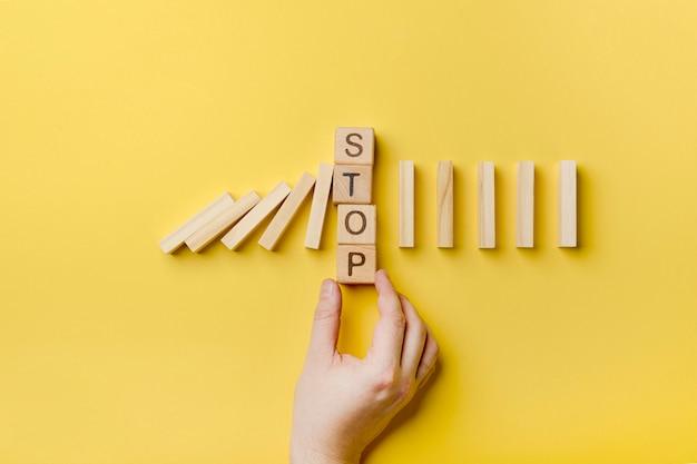 Blocos de madeira de dominó com mensagem de parada