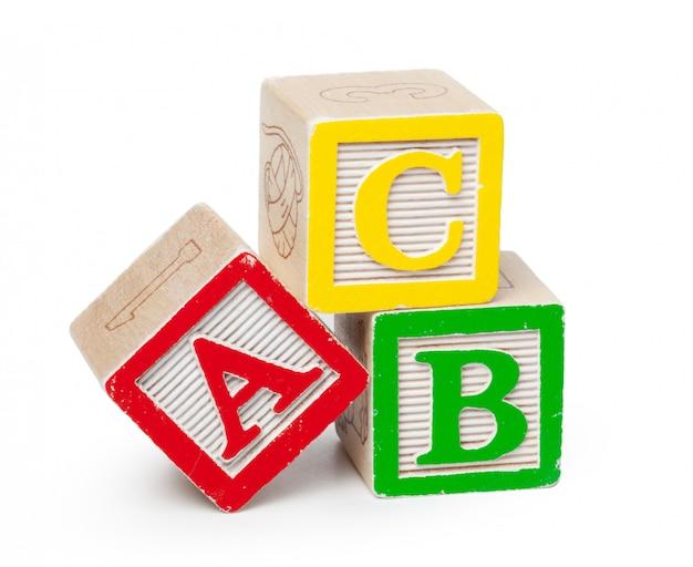 Blocos de madeira do alfabeto isolados no branco