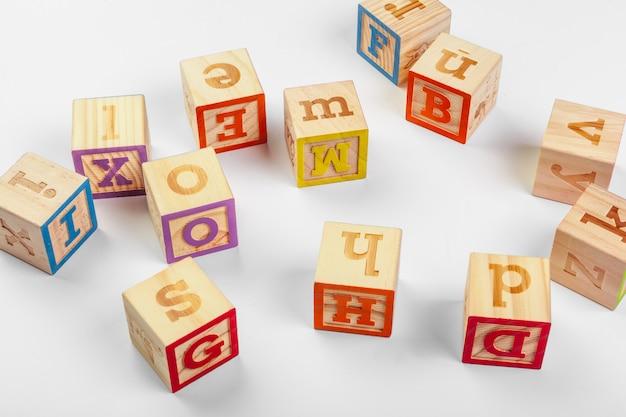 Blocos de madeira do alfabeto