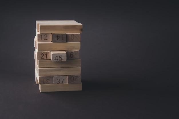 Blocos de madeira dobrados na torre. sucesso, crescimento, vitória, vitória, desenvolvimento ou classificação superior