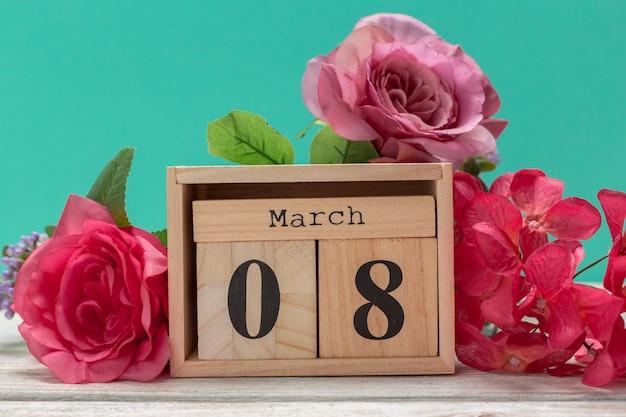 Blocos de madeira em caixa com data, dia e mês 8 de março. calendário de blocos de madeira
