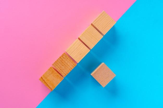 Blocos de madeira em fundo rosa e azul