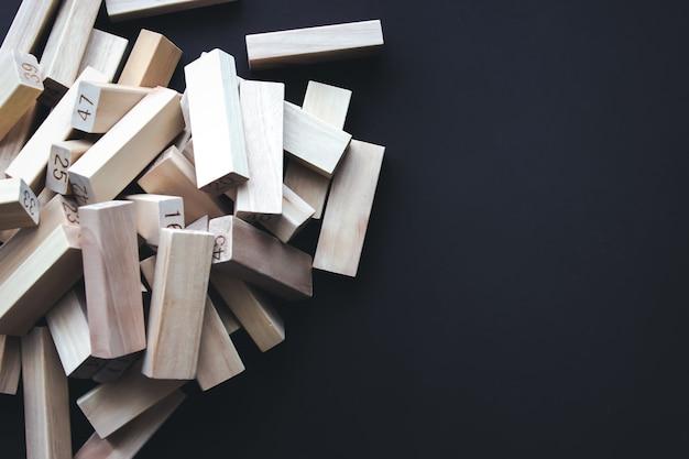 Blocos de madeira em solo marrom. líder, individualidade, melhor trabalhador, melhor funcionário, ideia, equipe.
