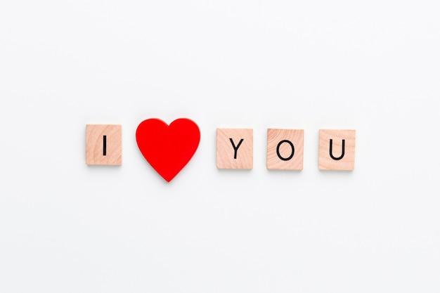 Blocos de madeira em uma placa pastel com o coração de fim de texto.