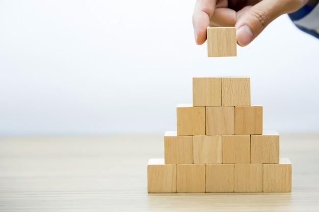 Blocos de madeira empilhados intro pirâmide forma