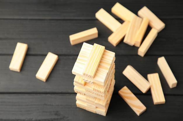 Blocos de madeira interrompidos em fundo preto.