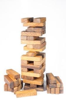 Blocos de madeira, jenga game no fundo branco