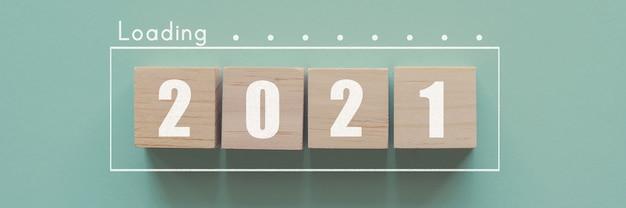 Blocos de madeira na barra de carregamento para 2021