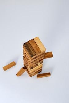 Blocos de madeira no fundo branco