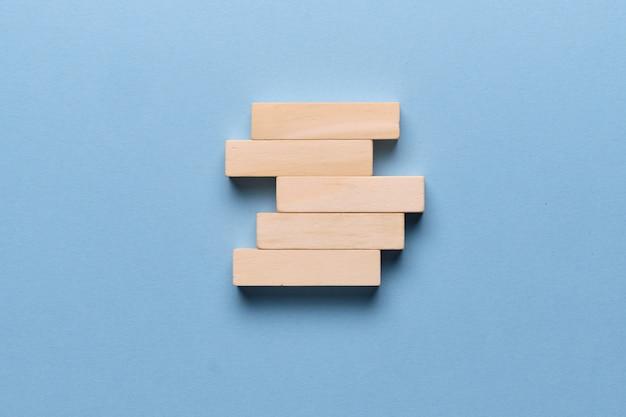 Blocos de madeira para o espaço da cópia em um espaço azul.