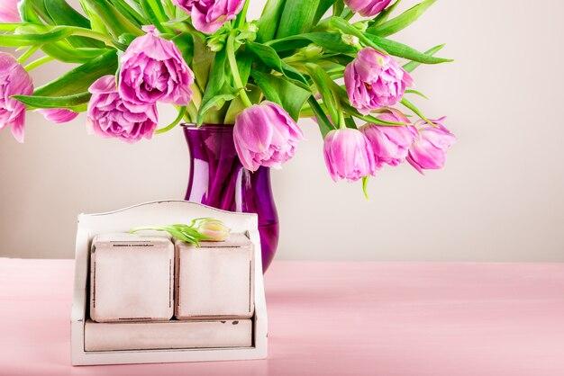 Blocos de madeira vazios como calendário para qualquer data e feriados de primavera