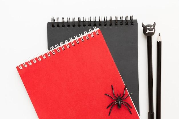 Blocos de notas de vista superior com aranha no topo