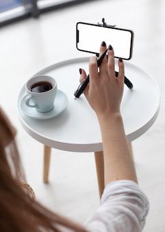 Blogger ajustando um telefone vazio