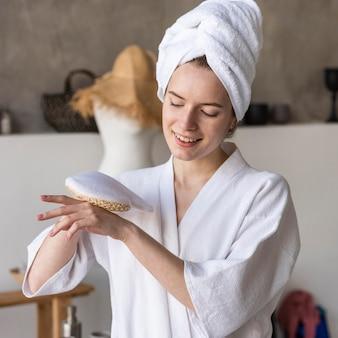 Blogger apresentando acessórios de banho