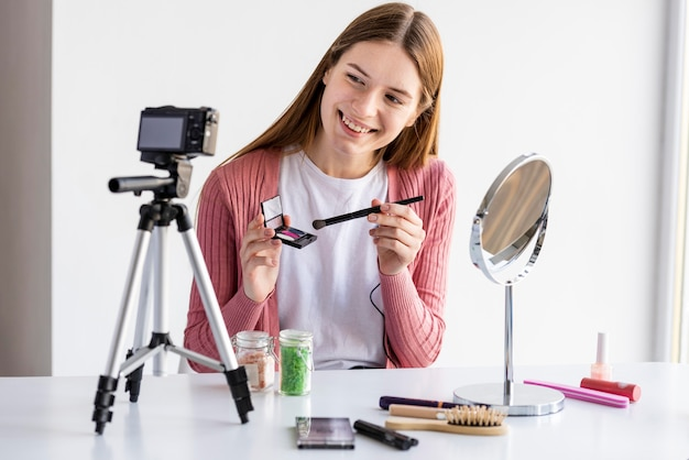 Blogger apresentando acessórios de maquiagem