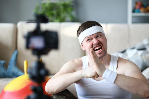 Blogger com exercício de fitness com registro de cara engraçada