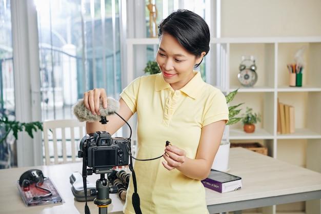 Blogger conectando microfone e câmera