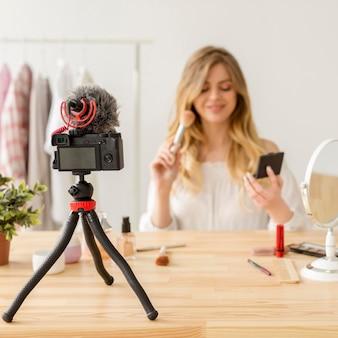 Blogger de maquiagem gravando vídeo