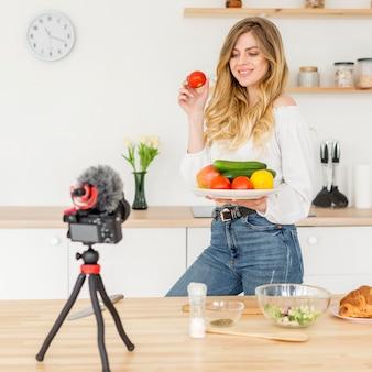 Blogger de mulher cozinhar alimentos saudáveis