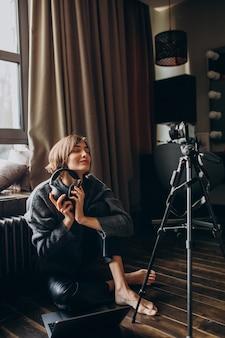 Blogger de vídeo de mulher filmando novo vlog para seu canal