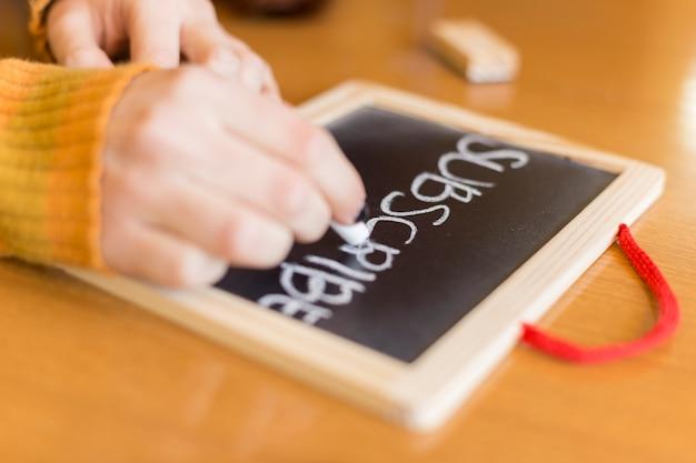 Blogger escrevendo em um quadro negro