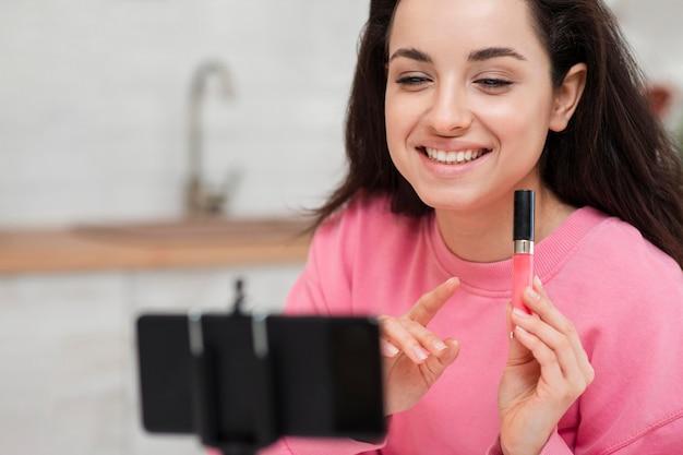 Blogger feliz em apresentar acessórios de maquiagem