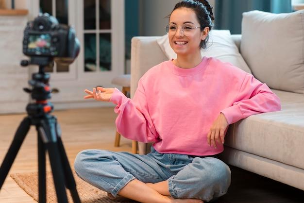 Blogger feliz em gravar vídeo em casa