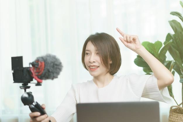 Blogger feminino, gravação de vídeo transmitido em casa